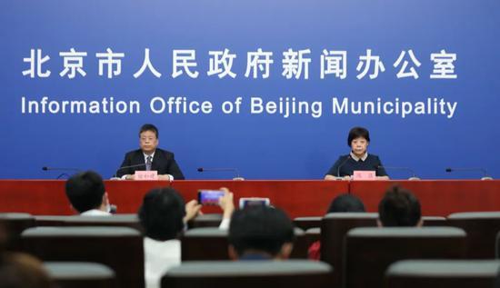 6月16日晚,北京市召开第121场新冠肺炎疫情防控新闻发布会 摄影/新京报记者 王飞