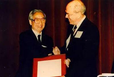 1996年沈善炯在加州理工学院领取杰出校友奖