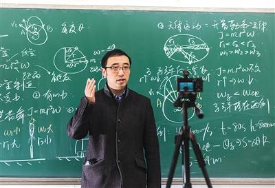 """3月26日,""""网红""""物理老师李永乐在录制视频节目。"""