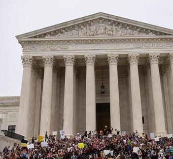 美民众抗议卡瓦诺当选大法官(新华网)