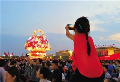 国庆期间,天安门广场夜色绚烂,美景醉人。 图/视觉中国