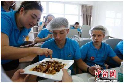 海外青少年品尝四川名菜宫保鸡丁。李响摄(图文无关)