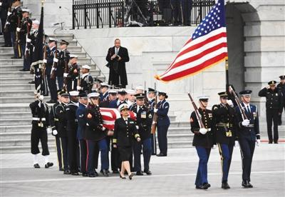 12月5日,在美国首都华盛顿,美国前总统乔治·赫伯特·沃克·布什的灵柩脱离国会大厦。新华社记者 刘杰 摄