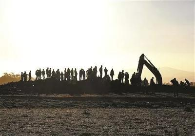 在埃塞俄比亞首都亞的斯亞貝巴附近,人們聚集在墜機現場 供圖/視覺中國