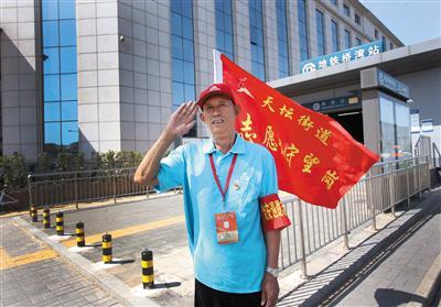 7月28日,天坛街道郭连城在守望岗值班。