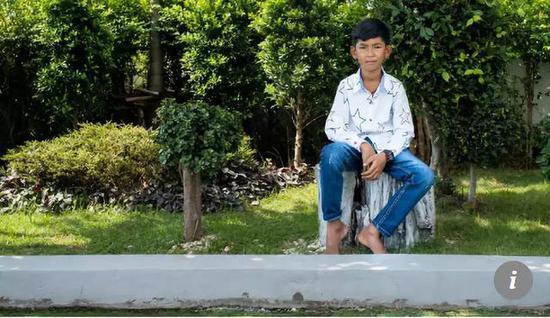 ▲会多栽语言的14岁柬埔寨男孩萨利克 图据新添坡亚洲消息台