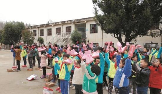 大沟林区九年一向制私塾,全校62个孩子领取清新的棉鞋。受访者供图