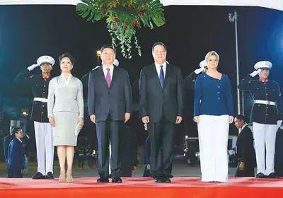 △巴雷拉总统到机场迎接