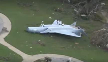 受损的战机(脸书视频截图)