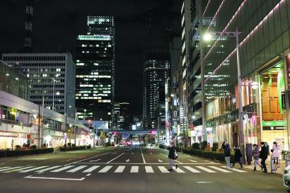 东京都延长紧急状态,夜晚街头冷冷清清