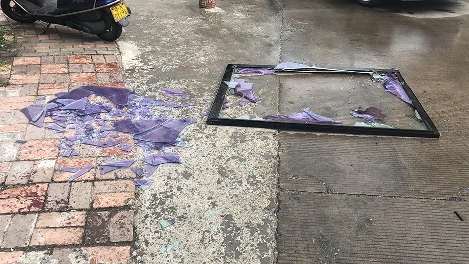 掉落的玻璃窗户。警方供图