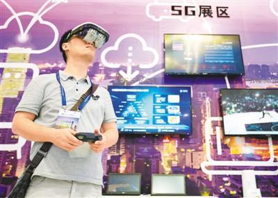 8月31日,在第十四届中国(南京)国际软件产品和信息服务交易博览会上,参观者参观体验5G展区。苏 阳摄(人民视觉)