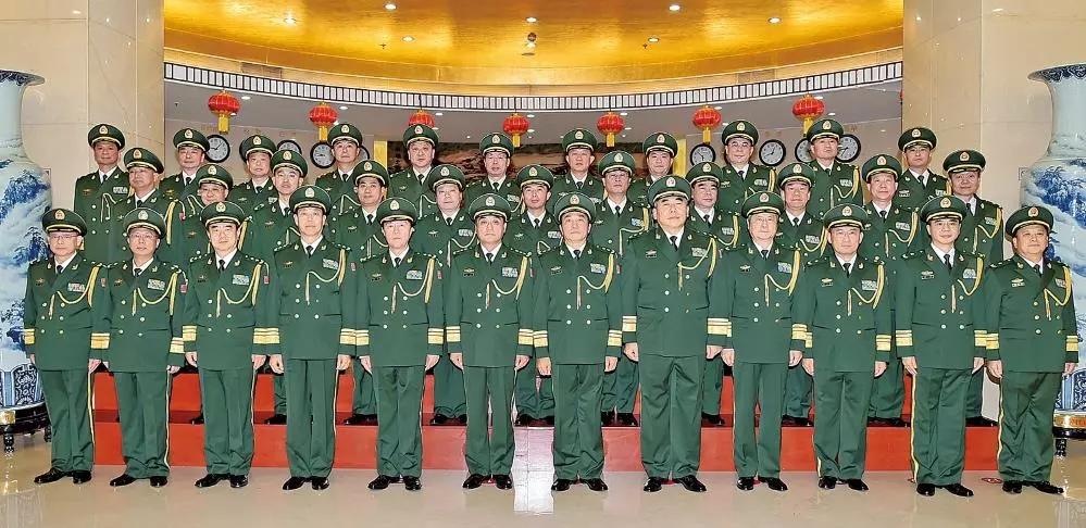 武警部队领导与晋升少将警衔的警官相符影。人民武警微信公多号 图