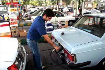 图为德黑兰加油站