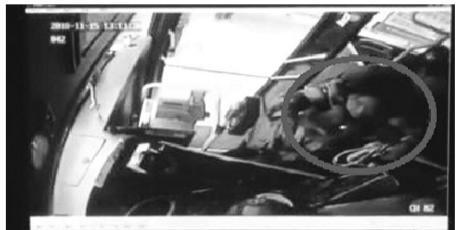 乘客殴打公交司机现场。 视频截图