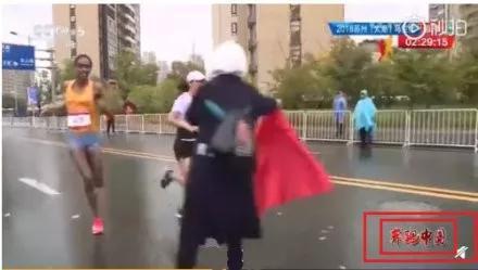 """她""""扔""""国旗被批""""不爱国"""" 这件事还惊动了外媒"""