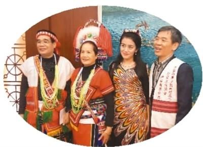 图为台湾少数民族参访团成员与在江西工作的维吾尔族姑娘古丽(右二)在座谈会后合影留念。  陈晓星摄