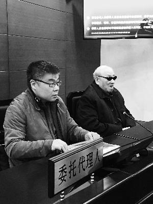 昨天,95岁高龄的王老先生(右)坐在了朝阳法院的原告席上。图片来源:北京晨报
