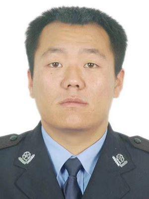 王强刚当警察时拍的证件照