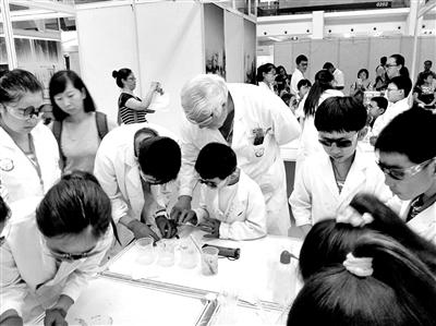 戴伟在教门生做化学实验