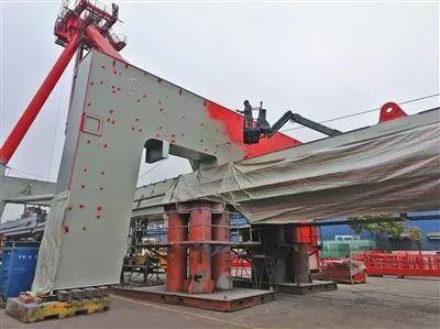 上海振华集团长兴基地露天喷漆现场