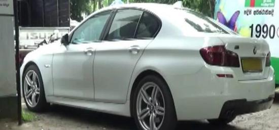 斯里兰卡警方日前又逮捕两名男子,因在其车上搜出大量武器和弹药。(图源:Newsfirst)
