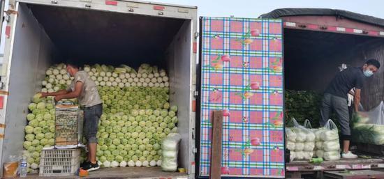 在新发地批发市场临时交易区,经营户正在搬运蔬菜。受访者供图