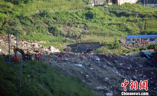 救援人員正在垮塌堆積體上開展搜救。 劉忠俊 攝