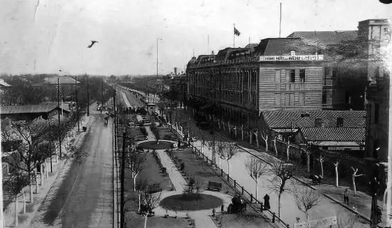 1925年左右从城墙北望御河,河道已经盖板,改成花园。