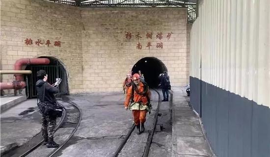 搜救队员换班出洞(人民网记者 李平 摄)