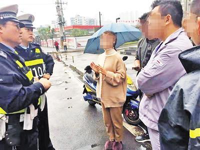 民警对驾乘双方进行调解。
