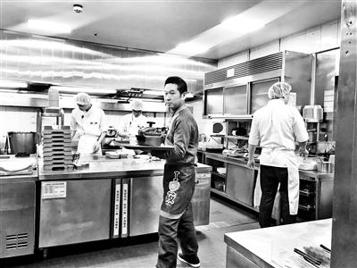 西贝莜面村双井店后厨对消费者开放参观 摄影/本报记者 汪震龙