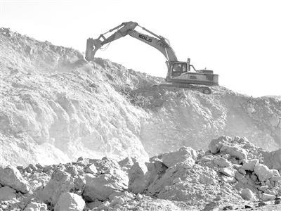 内蒙古阿拉善盟腾格里经济技术开发区额里斯镇的铁矿正被盗采。记者 程子龙 摄