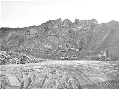 照壁山后面,大片山体已不知所踪。 记者 程子龙 摄