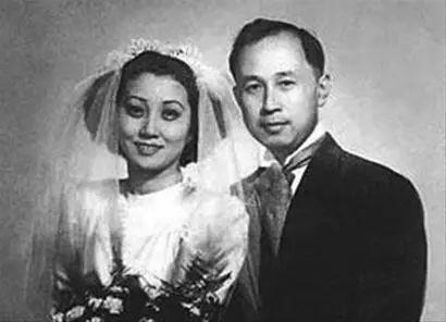 △1947年,钱学森与蒋英于上海结婚。同年9月26日,二人在美国波士顿安放新家,钱学森送给新婚妻子一台钢琴。