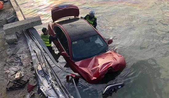 豪车撞护栏坠入车主被救出孩子失踪 开车掉进海里怎么办