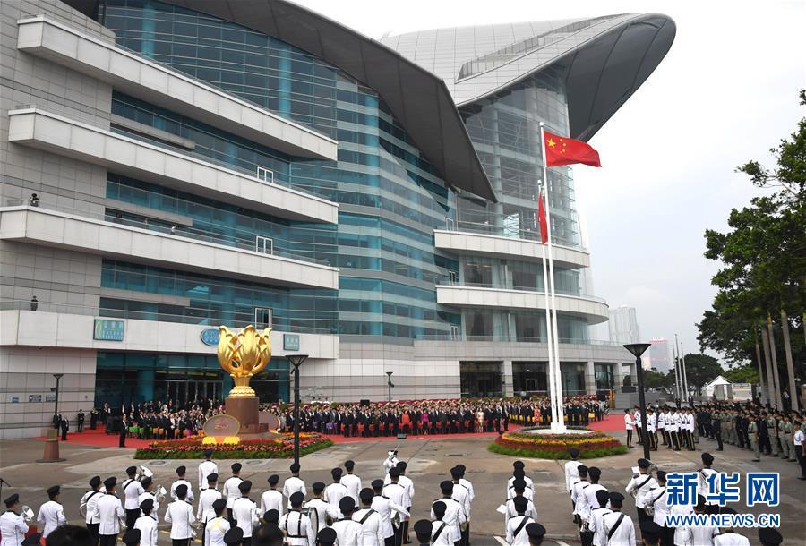 10月1日,香港特区当局在金紫荆广场举走隆重的升旗仪式,祝贺中华人民共和国成立69周年。 新华社记者 吕幼炜 摄