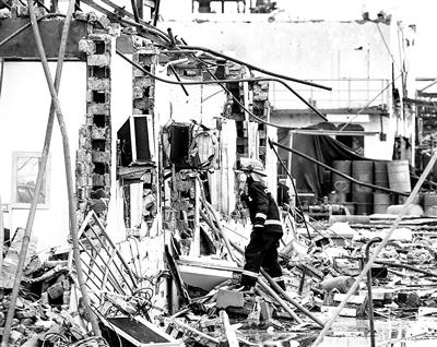 """救援人员在""""3·21""""响水天嘉宜公司爆炸事故现场搜救"""