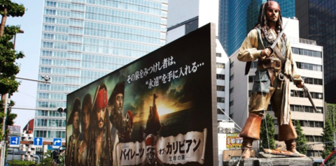 ▲电影《加勒比海盗》在东京的巨幅海报(图源:美联社)