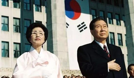 金大中和李姬镐在总统任职典礼上。