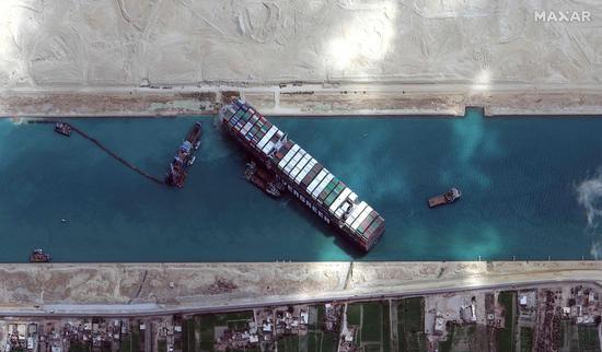 外媒:苏伊士运河有望在数小时内恢复通航