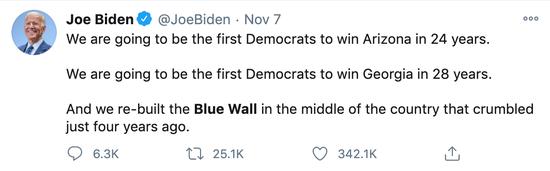 """拜登发推称重修了四年前被打破的""""蓝墙""""。"""