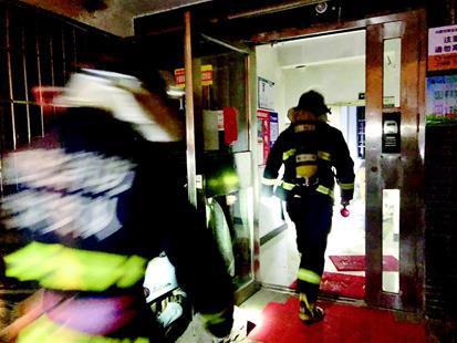 图为:消防员进楼搜救