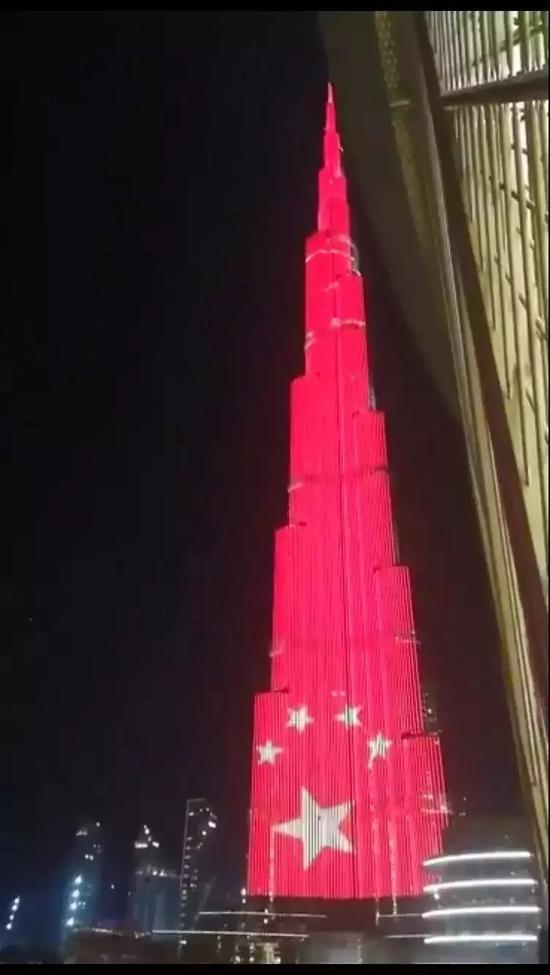 △世界第一高楼哈利法塔亮起了中国国旗
