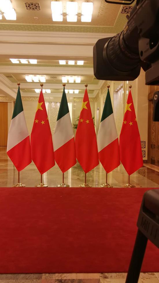 △這里是27日晚上習主席與孔特總理握手的地方。(央視記者黃京輝拍攝)