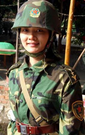 穿着林地迷彩作训服的广西某预备役师女中尉。