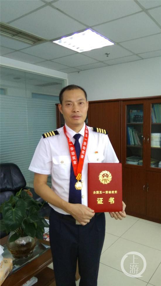 △刘传健获得五一做事奖章。