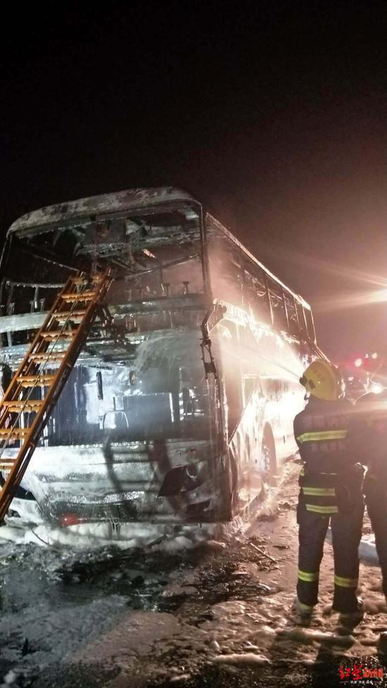 网友提供的现场图片,客车已被烧毁