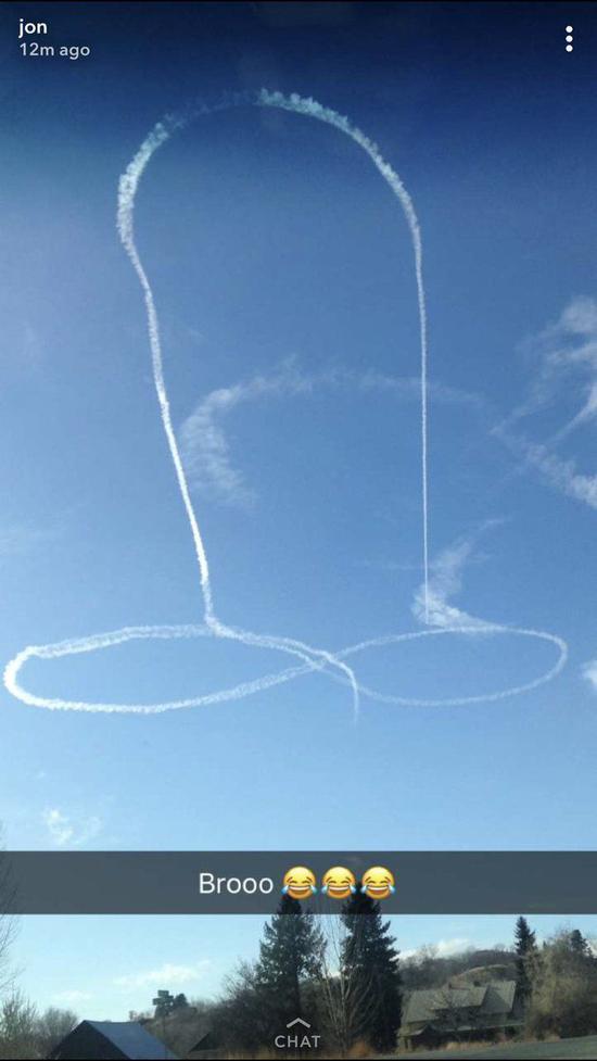 2017年,美国海军一名飞行员在华盛顿奥卡诺根县附近天空画了类似图案。图源:推特