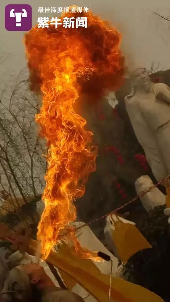 孙怀生喷出来的火焰直冲高空,还伴有浓烟,令游客连连惊呼